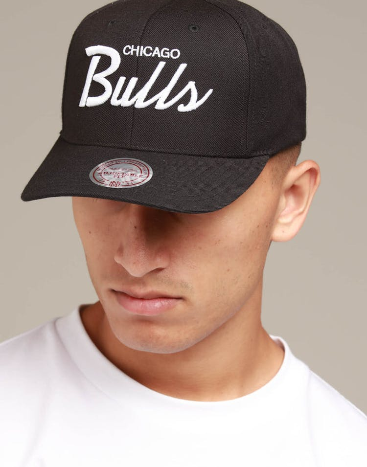 finest selection 92725 7286e Mitchell   Ness Chicago Bulls Basic Script Precurve Snapback Black Whi – Culture  Kings