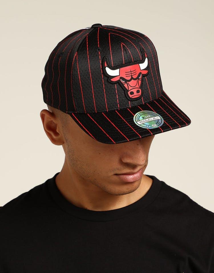 pretty nice acb10 0aa5f Mitchell   Ness Chicago Bulls Icon 110 Snapback Black Red