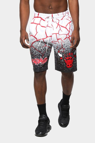 Black Pyramid Men's Chicago Bulls Logo Short White