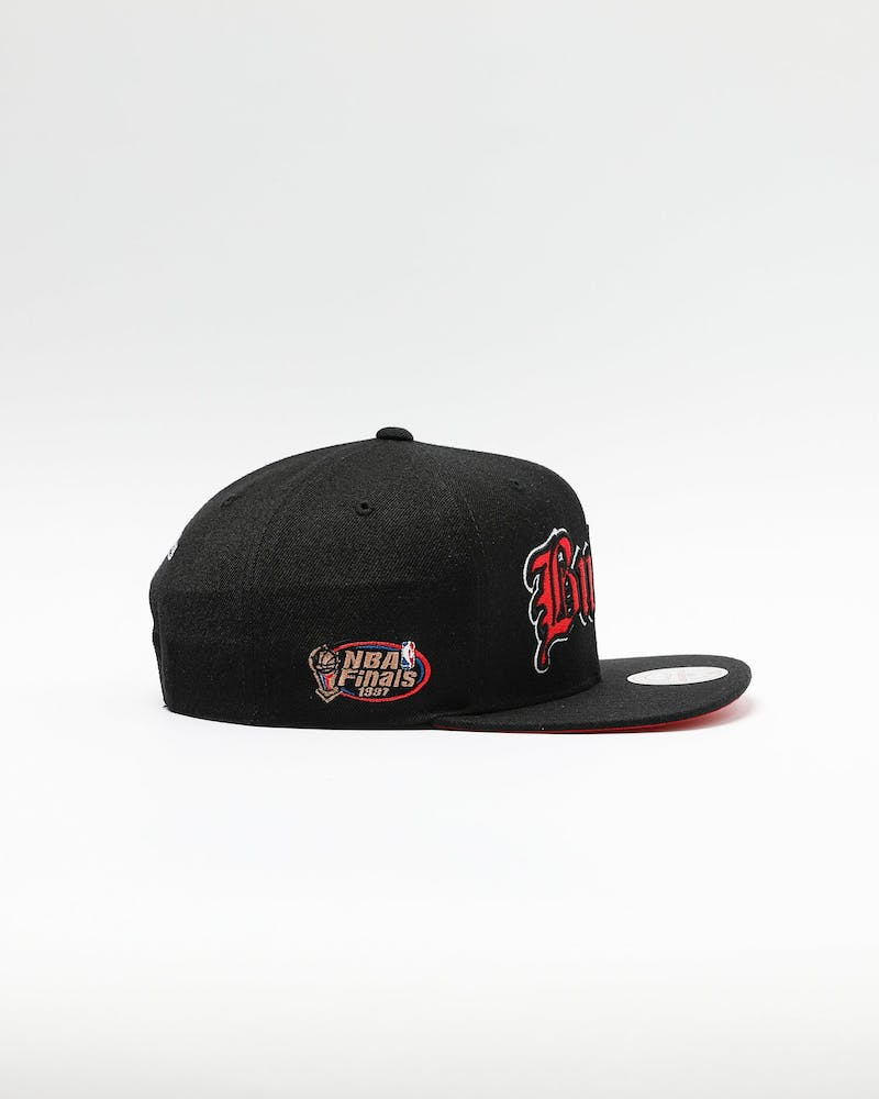 Mitchell & Ness Chicago Bulls Old English Faded Snapback Black