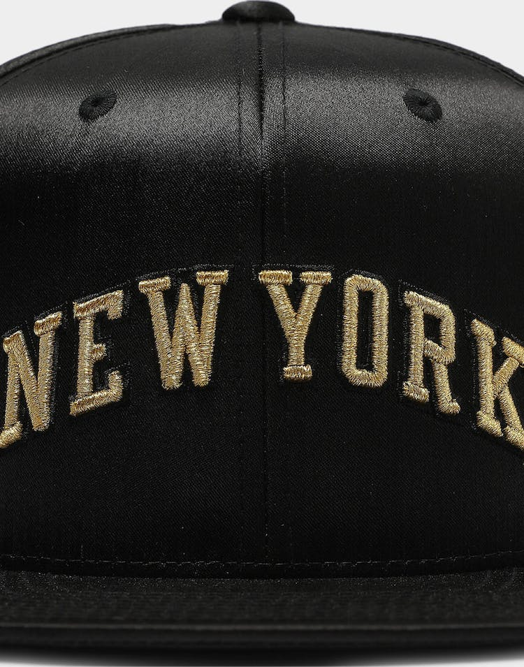 Mitchell & Ness New York Knicks Gold Toile Snapback Black