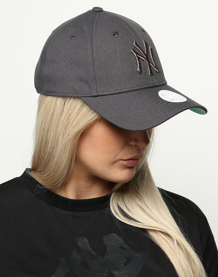 97fb3589 New Era Women's New York Yankees 9FORTY Cloth Buckle Strapback Dark Gr –  Culture Kings