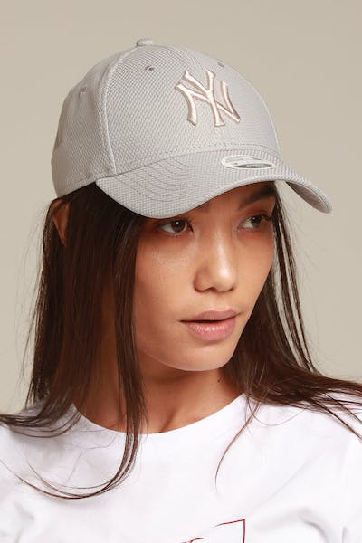New Era Women's New York Yankees 9FORTY Strapback Grey