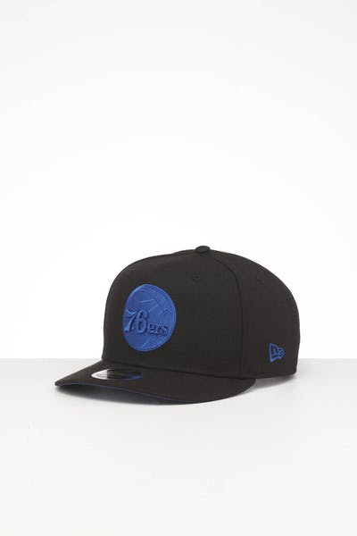 NEW ERA PHILADELPHIA 76ERS HIGH CROWN PRECURVED TEAM OUTLINE SNAPBACK BLACK/ROYAL BLUE