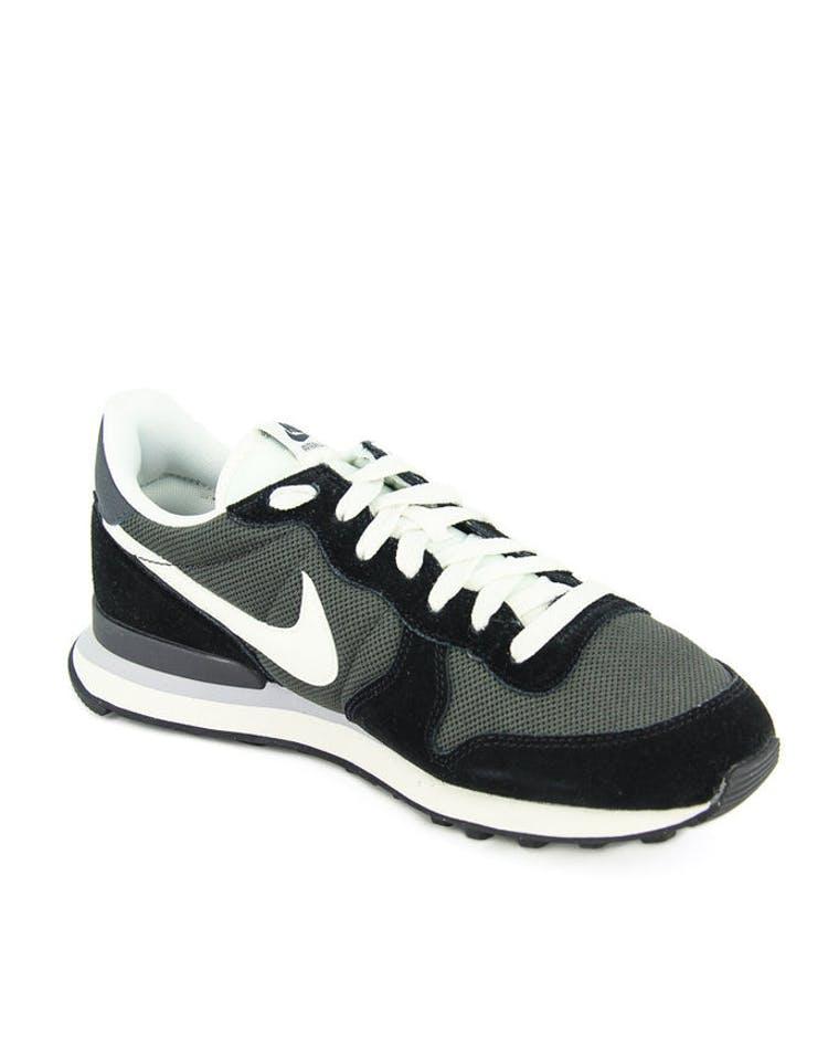 timeless design df400 5a34e Nike Internationalist Black White
