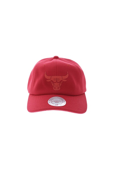 Mitchell & Ness Bulls Curved Snapback Red