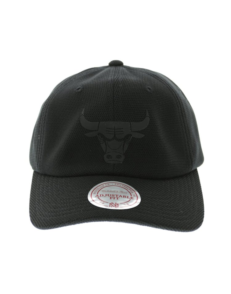 0c90718ebe3 Mitchell   Ness Bulls Curved Snapback Black – Culture Kings