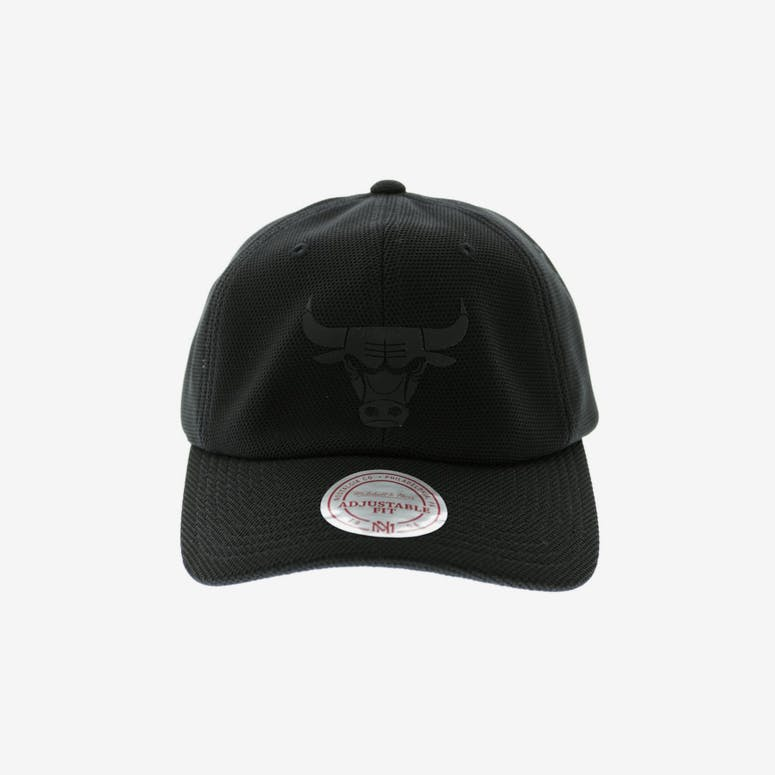 Mitchell   Ness Bulls Curved Snapback Black – Culture Kings 80a4f339a8e
