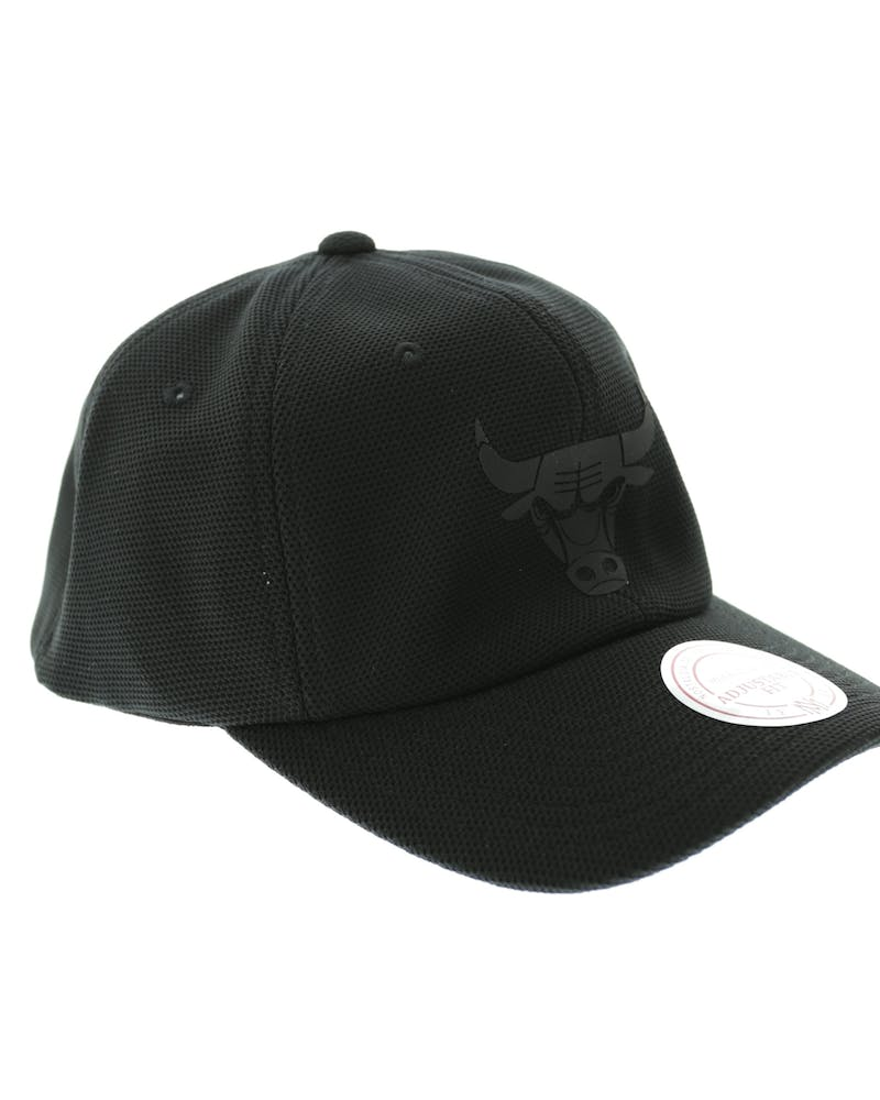 Mitchell & Ness Bulls Curved Snapback Black