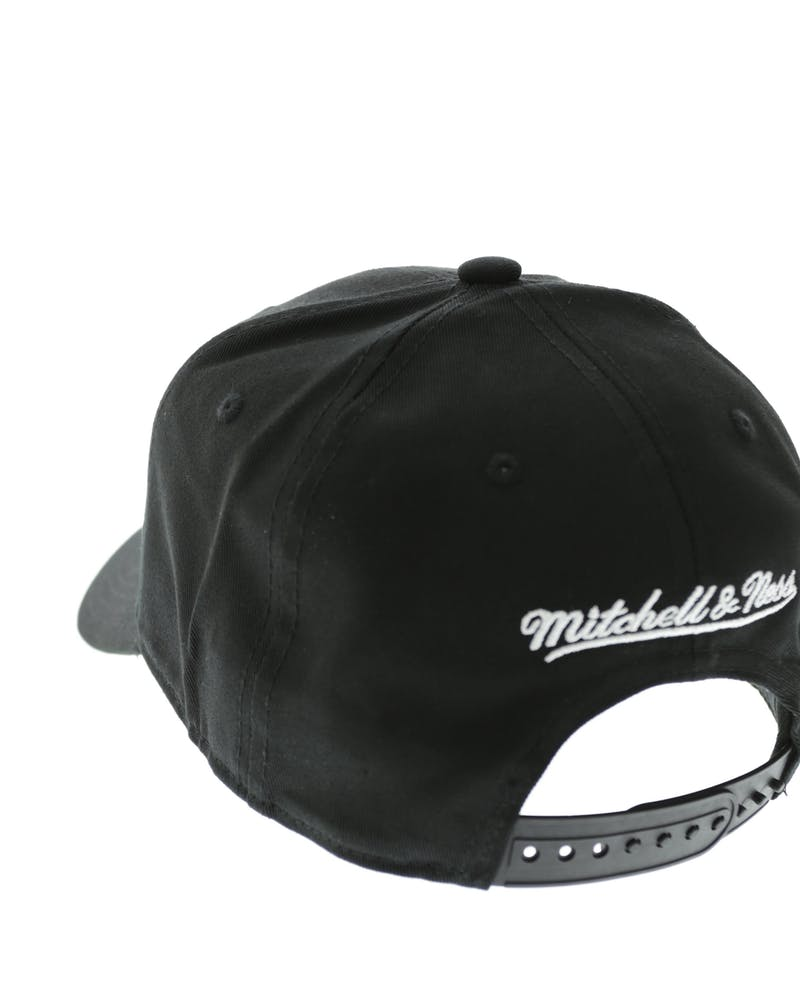 Mitchell & Ness Bulls Low Pro Strapback Black/Black/White