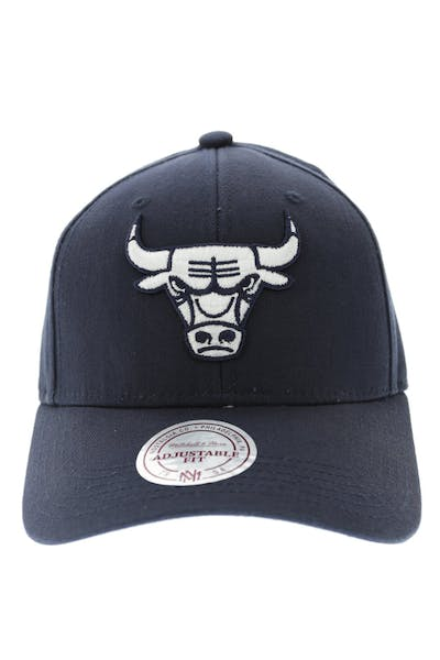 outlet store a5699 59e5c Mitchell   Ness Bulls Women s Low Pro Strapback ...