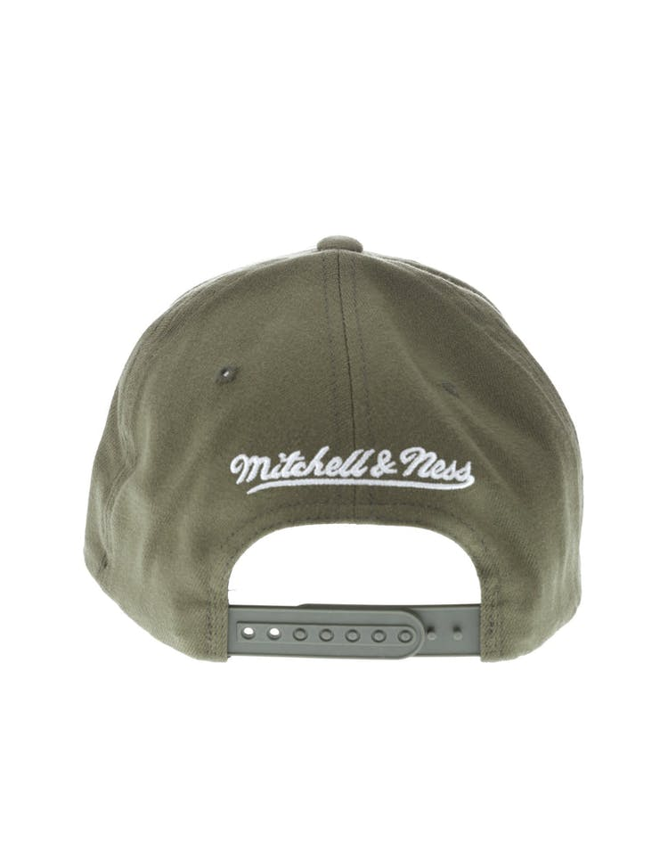 new concept 3f379 9cd4f Mitchell   Ness Metal Badge Cleveland Cavaliers 110 Snapback Army Green