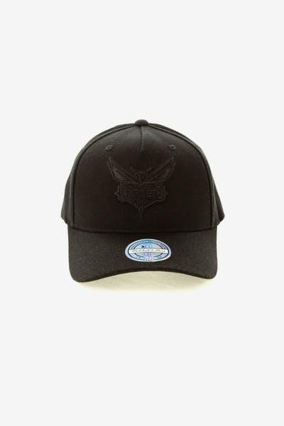 Mitchell   Ness Charlotte Hornets 110 Snapback Black On Black ecedbff92e