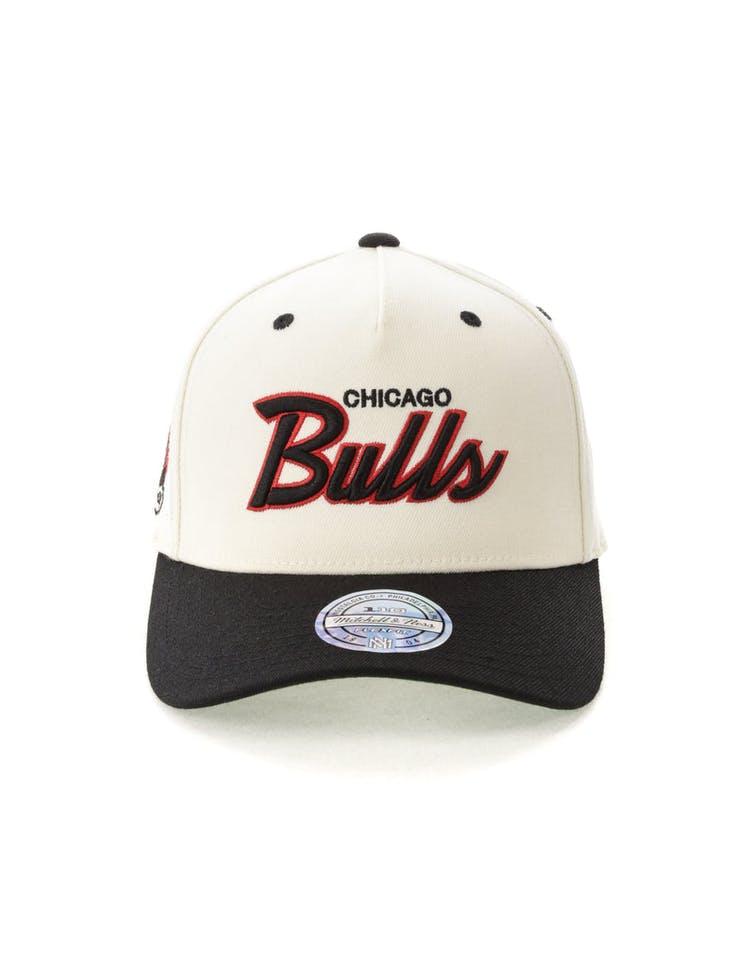 sports shoes b29ab e6889 Mitchell   Ness Chicago Bulls Script 110 Snapback White Black
