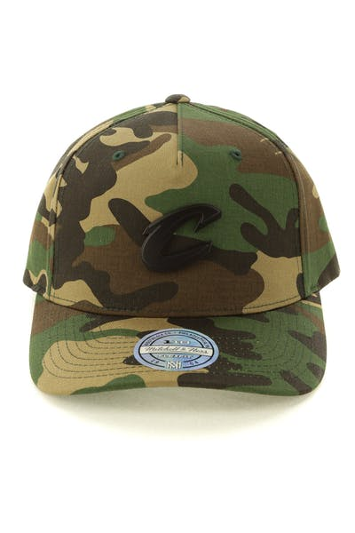 the best attitude 16d95 88265 Mitchell   Ness Cleveland Cavaliers Metal Badge 110 Snapback Camo