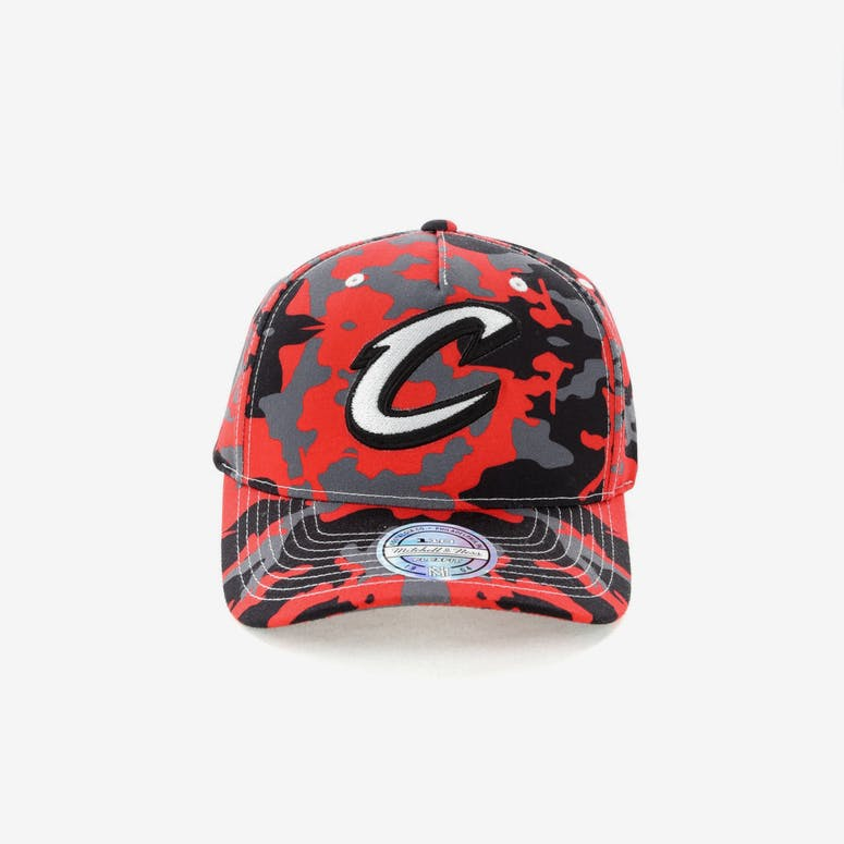 a845ea75252 Mitchell   Ness Cleveland Cavaliers 110 Pinch Panel Snapback Camo Red –  Culture Kings