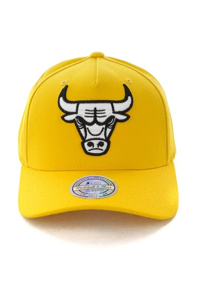 low priced 76e9f 11f0a Mitchell   Ness Chicago Bulls Pinch 110 Snapback Yellow