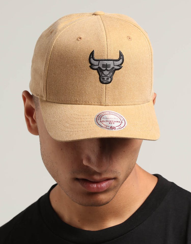 best service d35d7 9f68b Mitchell   Ness Chicago Bulls The Washed Heather Snapback Brown – Culture  Kings
