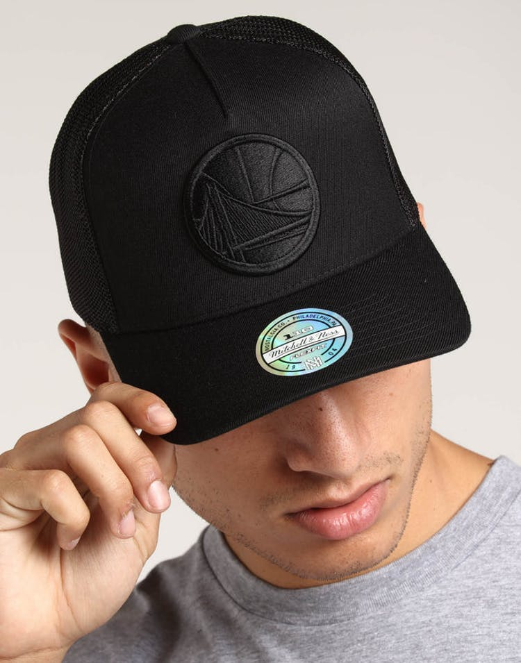 5384ea069ff637 Mitchell   Ness Golden State Warriors 110 Snapback Trucker Black Black –  Culture Kings