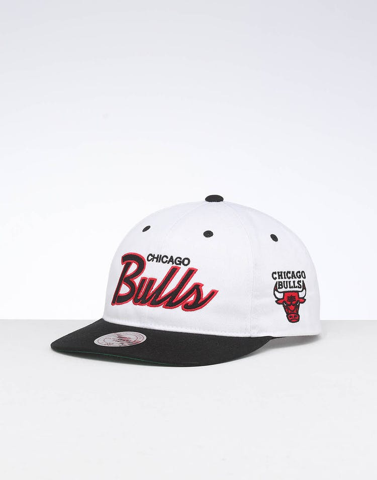 pretty nice b2435 e98ee Mitchell   Ness Chicago Bulls Deadstock Snapback White Black – Culture Kings
