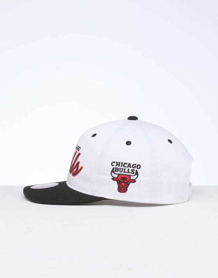 brand new 58039 26a49 Mitchell   Ness Chicago Bulls Deadstock Snapback White Black