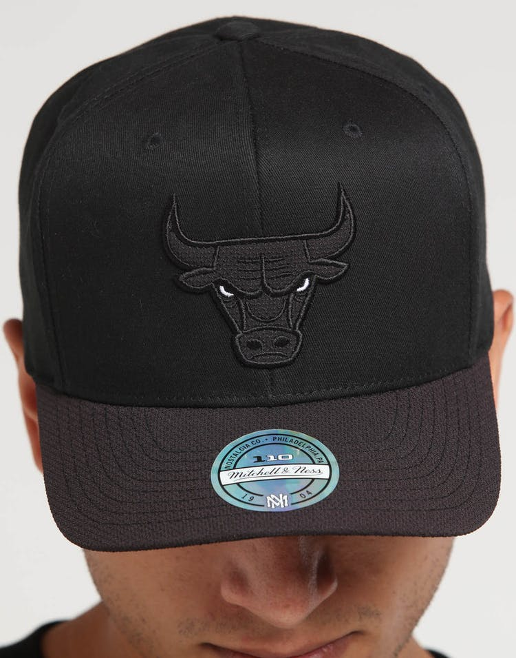 wholesale dealer b1820 d5ba5 Mitchell   Ness Chicago Bulls 110 Kevlar Snapback Black