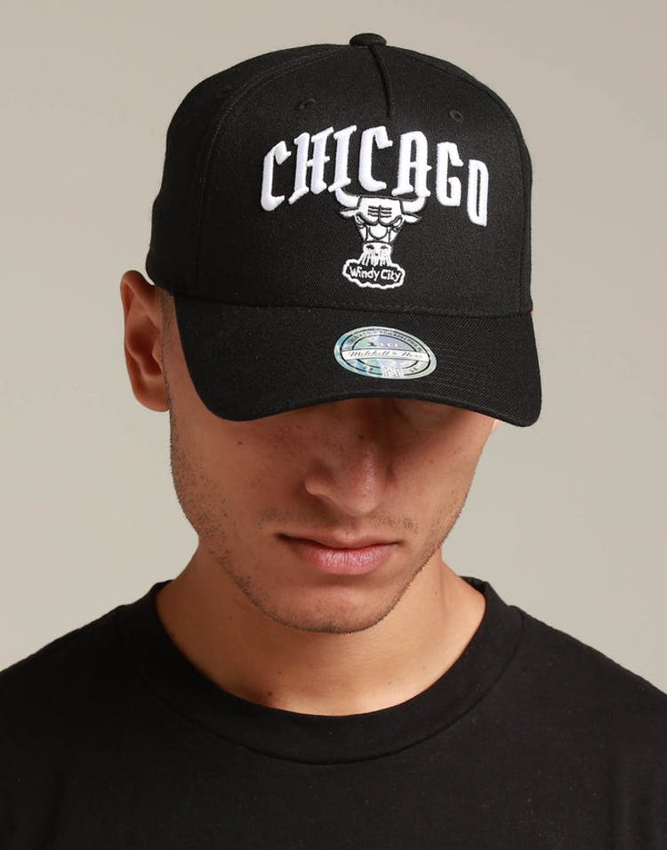 buy online 0bfb2 65f83 Mitchell   Ness Chicago Bulls City Script 110 Snapback Black – Culture Kings