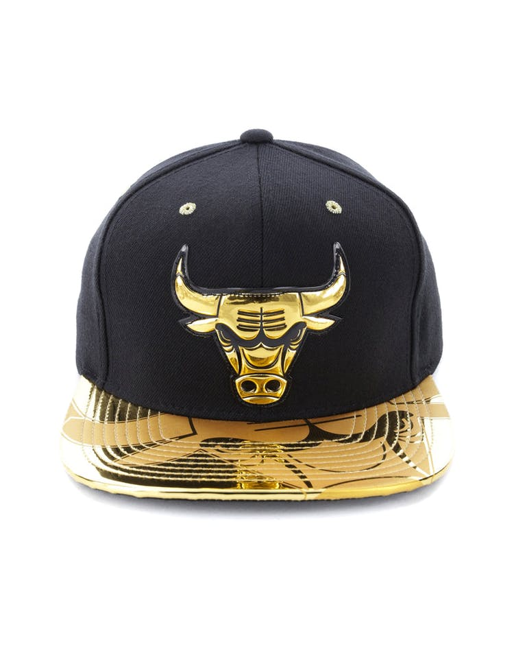 a815212454f Mitchell   Ness Chicago Bulls Gold Standard Snapback Black Gold – Culture  Kings