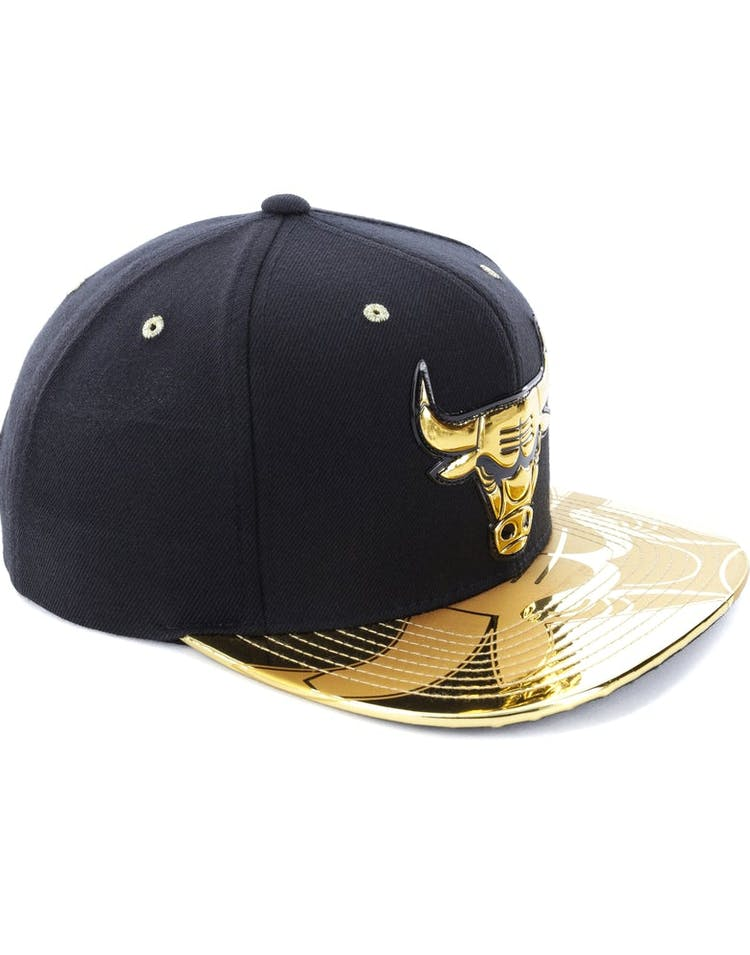 16718aa71a6 Mitchell   Ness Chicago Bulls Gold Standard Snapback Black Gold ...