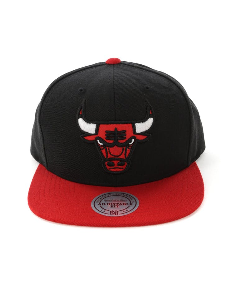 size 40 0699b b897b Mitchell   Ness Chicago Bulls Satin Fused Snapback Black Red