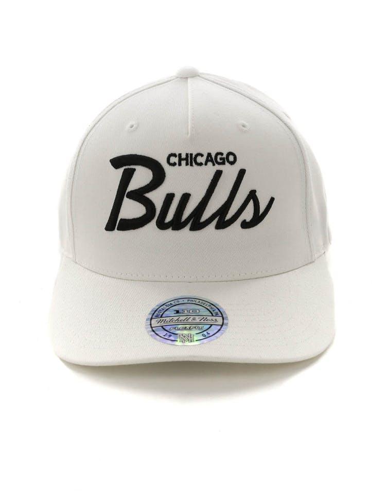 best service 423fb 60b5c Mitchell   Ness Chicago Bulls Basic Script 110 Snapback White Black