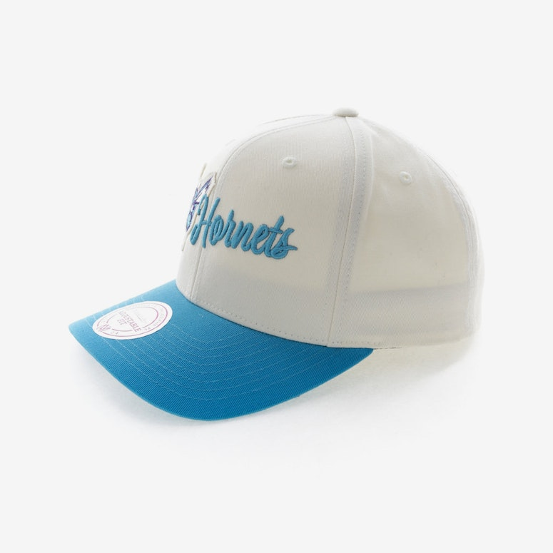 newest collection 3fb33 0888b Mitchell   Ness Charlotte Hornets Vintage 110 Snapback Vintage Off White