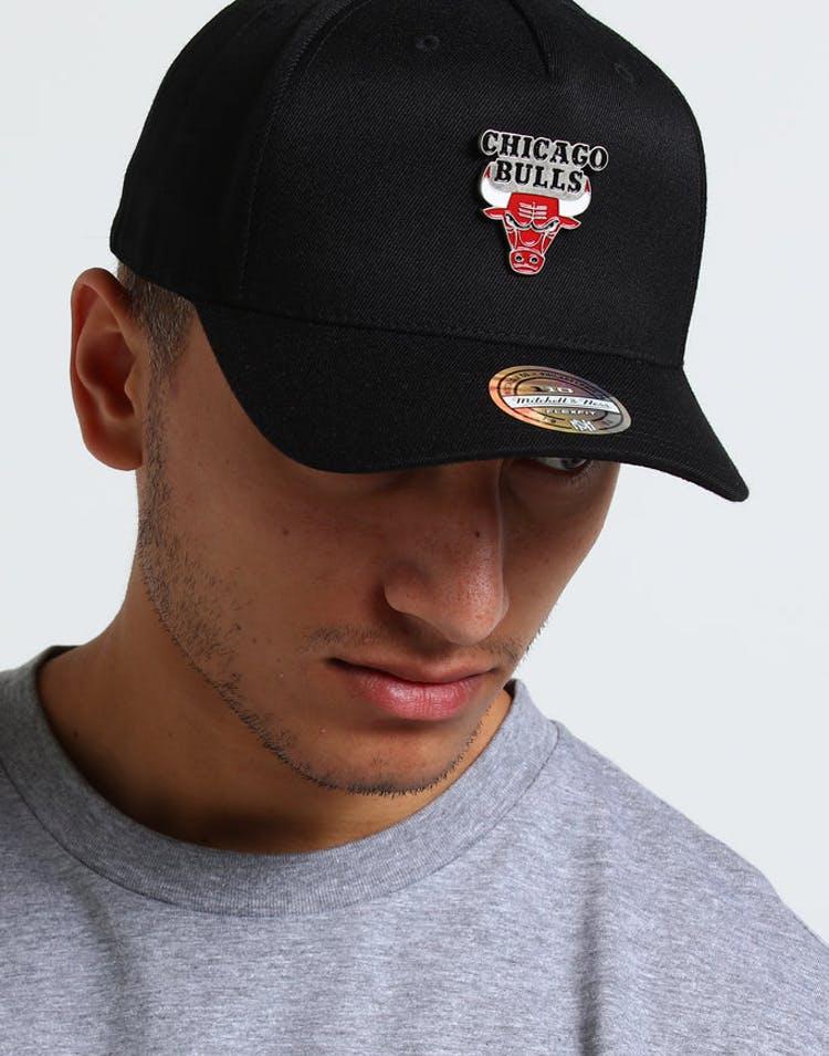 promo code 1de2b 7704a Mitchell   Ness Chicago Bulls Metal Badge Pinch 110 Snapback Black – Culture  Kings