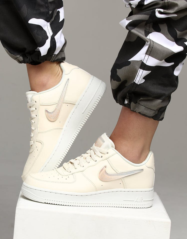 nouveau concept dc7c2 89fca Nike Women's Air Force 1 '07 SE Premium Off White/White